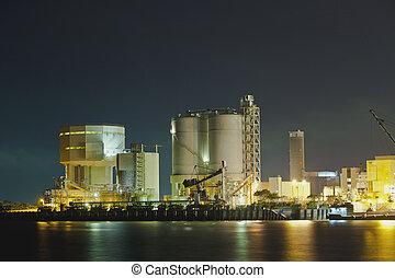 aceite, tanques, por la noche, en, gas, fábrica