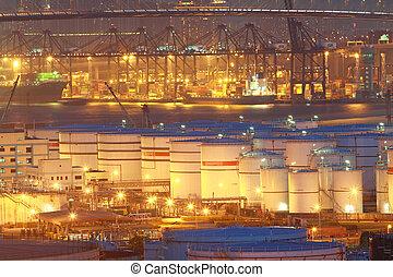 aceite, tanques, por la noche, en, terminal contenedor