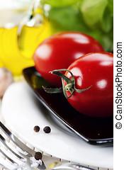 aceituna, hierbas, aceite, tomates