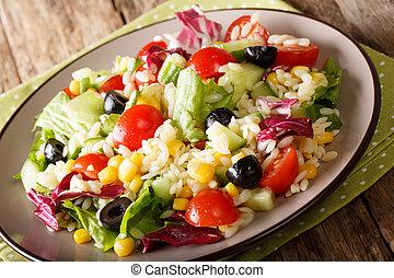 aceitunas, maíz, plato., ensalada, tomates, primer plano, lechuga, pepinos, arroz, delicioso, fresco, horizontal