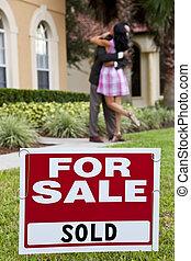 achat, couple, maison, vendu, foyer, vente, célébrer, derrière, américain africain, signe, signe., dehors