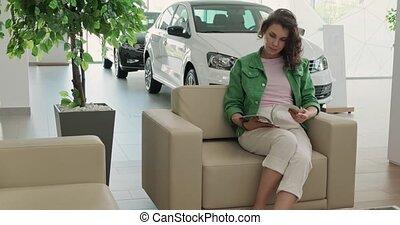 achat, heureux, jeune, acheteur, sourire, dealership., ...