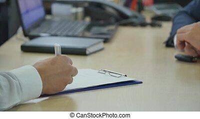 achat, signer, donner, voiture, propriétaires, contrat, jeune, séduisant, clã©, nouveau, revendeur