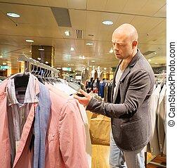 achats, choisir, centre commercial, homme, deux âges, vêtements