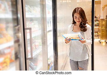 achats, choisir, nourriture, réfrigérateur, tenue, surgelé, centre commercial, supermarket., asiatique, commodité, beau, jeune