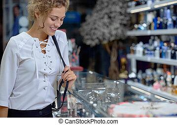 achats, cosmétique, sourire, dame, côté, magasin, vue