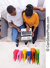 achats, couple, élevé, ligne, angle, ordinateur portable, vue