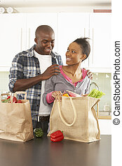 achats, couple, moderne, jeune, cuisine, déballage