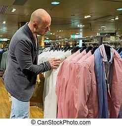 achats, deux âges, centre commercial, choisir, homme, vêtements