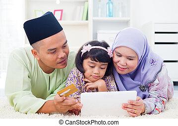 achats, famille asiatique, ligne