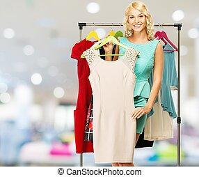 achats femme, blonds, centre commercial, choisir, sourire, étagère, vêtements