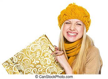 achats femme, jeune, sac, chapeau, écharpe, heureux