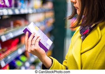 achats femme, jeune, supermarché