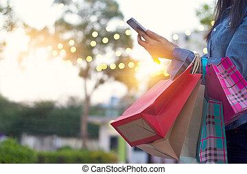 achats femme, sac, smartphone, mains, utilisation