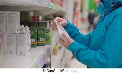 achats femme, thé, supermarché, choisir, pendant