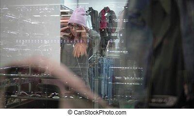 achats femme, vêtements, par, hipster, fenêtre., élégant, store., essayer, vue