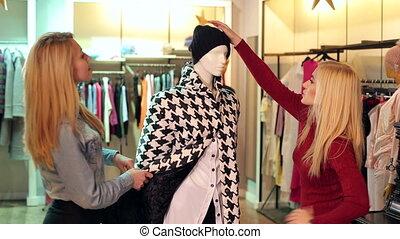 achats, filles, deux, regarder, mannequin, store., vêtements, habillement, heureux