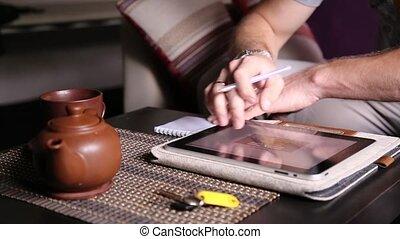 achats, fonctionnement, tablette, thé, notes, jeune, homme affaires, ordinateur pc, notebook., ligne, confection, utilisation, boire, café, homme