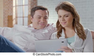 achats, tablette, séance, couple, divan, pc., ligne, heureux