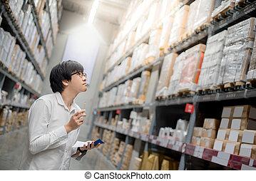 achats, vérification, liste, jeune, asiatique, entrepôt, homme
