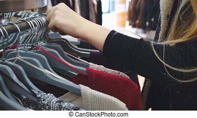 acheteur, poche, achats, vêtements, mouvement, regarder, 60fps., woman., gros plan, coup, lent, mains, store.