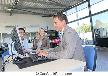 acheteurs, voiture, couple, contrat signant, vendeur