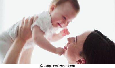 achtergrond, armen, spelend, vasthouden, moeder, baby, witte , schattige, hem