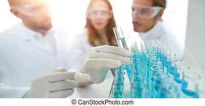 achtergrond, beeld, is, een, groep, van, wetenschappers, studerend , de, vloeistof, in