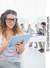 achtergrond, digitale , collega's, gebruik, tablet, vrouw