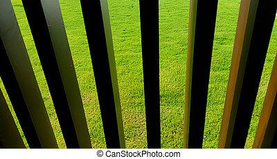 achtergrond, met, oud, houten hek, en, groen gras