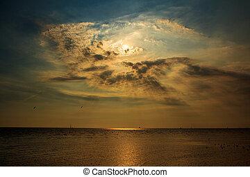achtergrond, ondergaande zon , /, zonopkomst, met, wolken,