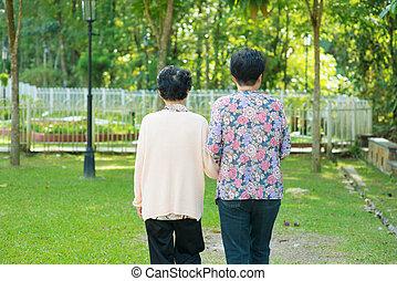 achterk bezichtiging, van, aziaat, 80, oud, moeder, en, 60, senior, dochter, holdingshanden, wandelende, op, buiten, park.