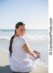 achterk bezichtiging, van, glimlachende vrouw, op het strand, op, een, zonnige dag, het kijken overheen de schouder, aan fototoestel