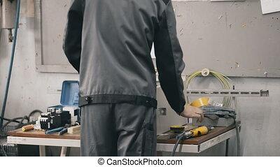 acier, tout, installer, usine, cabinet, composants électriques, technicien, mâle, switchboards.