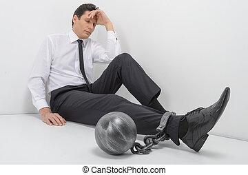 acorrentado, businessman., duração cheia, de, deprimido, homem negócios, sentar chão, com, alças, pegadores, acorrentado, para, seu, pernas