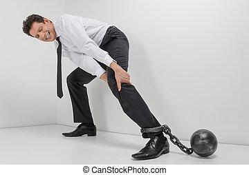 acorrentado, businessman., duração cheia, de, desesperado, homem negócios, tentando, ir, com, alças, pegadores, acorrentado, para, seu, pernas