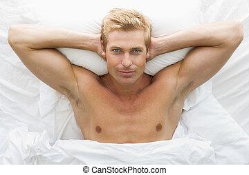 acostado, cama, relajante, hombre