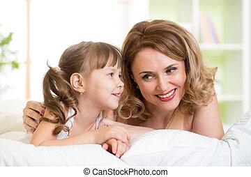 acostado, conversar, hija, mamá, cama
