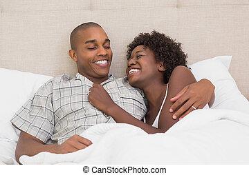 acostado, pareja, cama, juntos, feliz