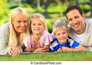 acostado, parque, familia , abajo