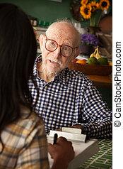 acquirente, anziano, esame, fornitore, cura casa, o, uomo