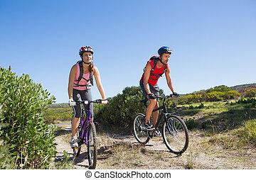 actief, paar, cycling, in het platteland