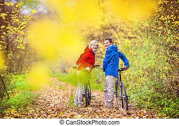 actiefs seniors, wandelende, fiets