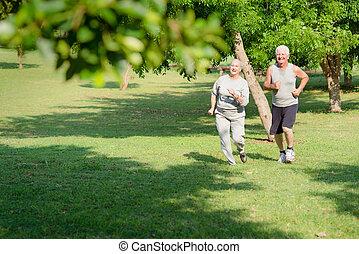 actieve oudste, mensen, jogging, in, stad park