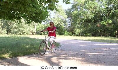 actieve oudste, vrouw, rijdende fiets, in park, op, zonnige...