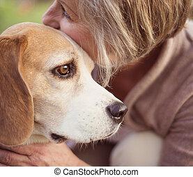 actif, personne agee, femme, chien, étreint