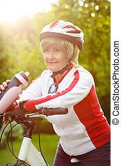 actif, vélo, femme aînée, heureux