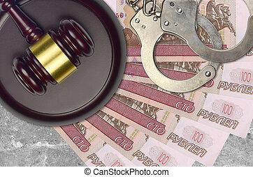 action éviter, juge évaluation, marteau, police, menottes, concept, judiciaire, tribunal, roubles russes, ou, factures, impôt, 100, desk., bribery.