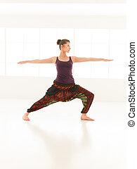 actitud del yoga, joven, variación, hembra, instructor, demostrado
