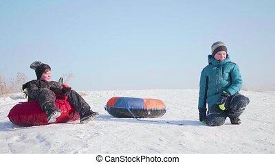 activités, extérieur, asseoir, cavalcade, neigeux, deux enfants, colline, sport, mountain., sommet, sled.